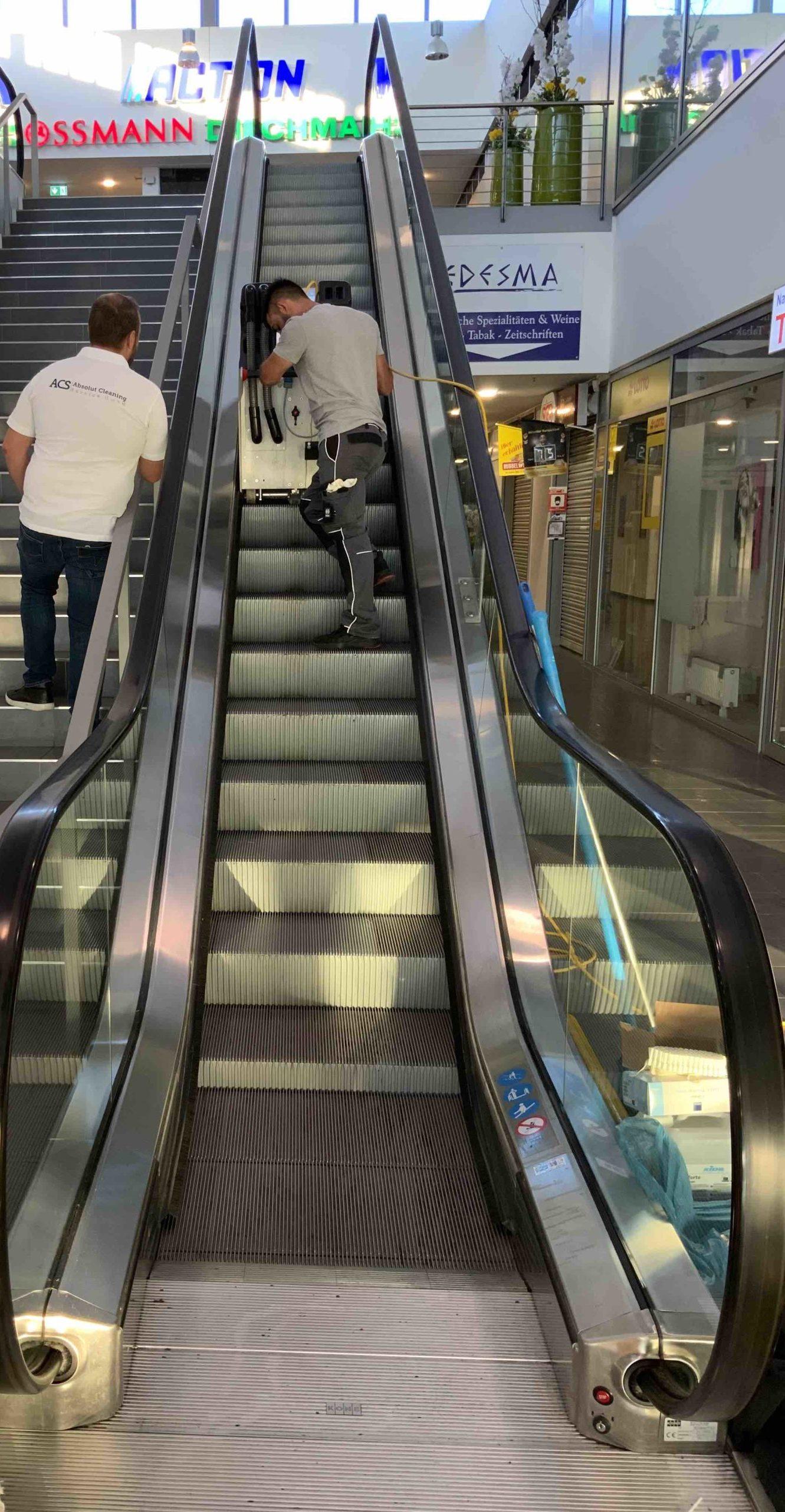 Rolltreppenreinigung im Einkaufszentrum